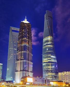 Красивые и офисные небоскребы, здание ночного города пудун, шанхай, китай.