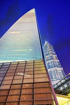 Красивые и офисные небоскребы, ночной вид на городское здание пудун, шанхай