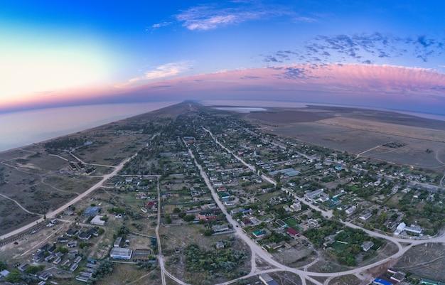 아침 햇살에 아름답고 평화로운 마을 strilkove