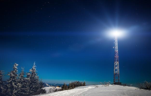 針葉樹林のある雪に覆われた高い丘の美しく美しい風景