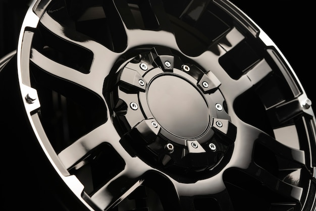 Suv用の美しくパワフルなアロイホイール。モックアップ。光沢のある黒い色と暗い背景。高価で排他的。