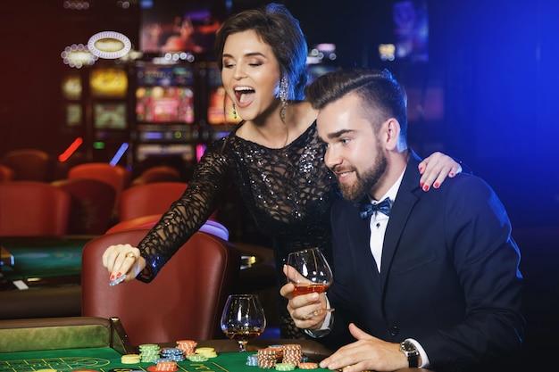 美しく、豊かなカップルがカジノでルーレットをプレイ