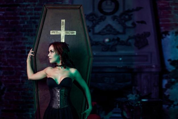 彼女の大邸宅で美しくセクシーな吸血鬼。