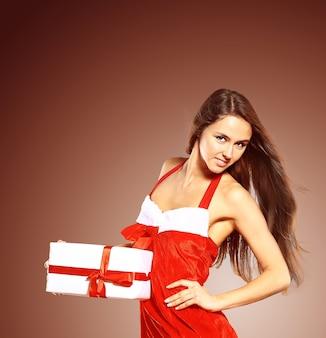 산타 절 의상을 입고 아름답고 섹시한 여자