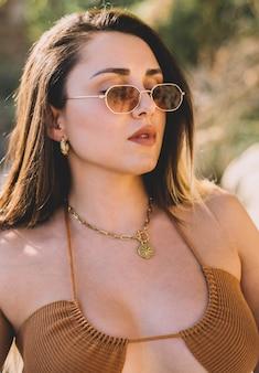 Красивая и сексуальная женщина в солнцезащитных очках