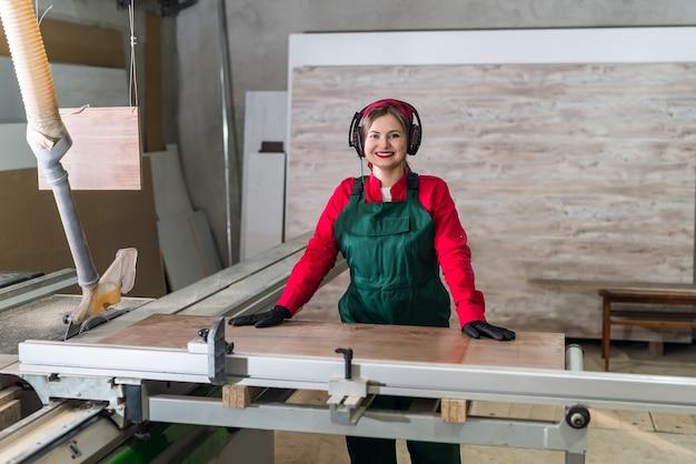 Красивый и улыбающийся плотник готов приступить к работе