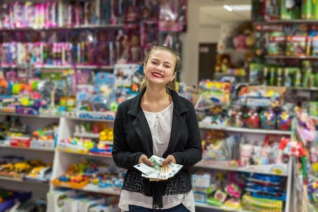 유로 지폐를 들고 아름 답 고 웃는 여자
