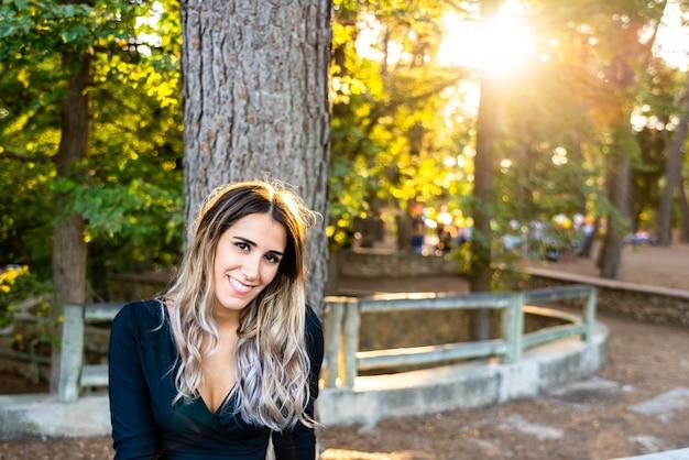 彼女の最近の離婚の微笑みが新しいカップルのデートを探した後、結婚から解放された美しいと笑顔の若い女性。