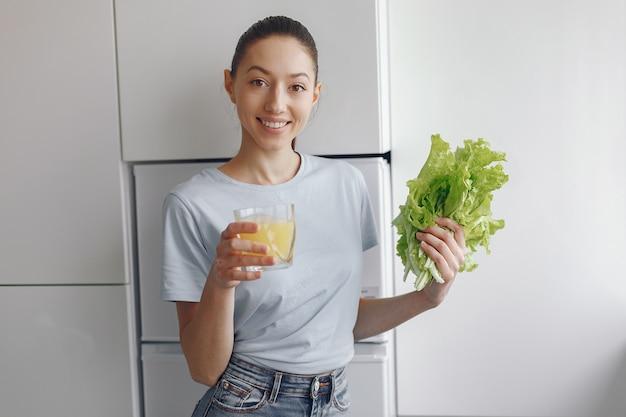 野菜とキッチンで美しく、スポーティな女の子