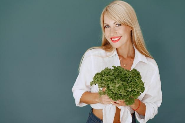 Красивая и спортивная девушка на кухне с овощами