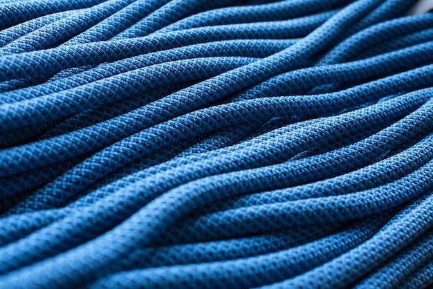 美しくて強い。孤立したクライミングノット。青い色のケーブルの上面図。