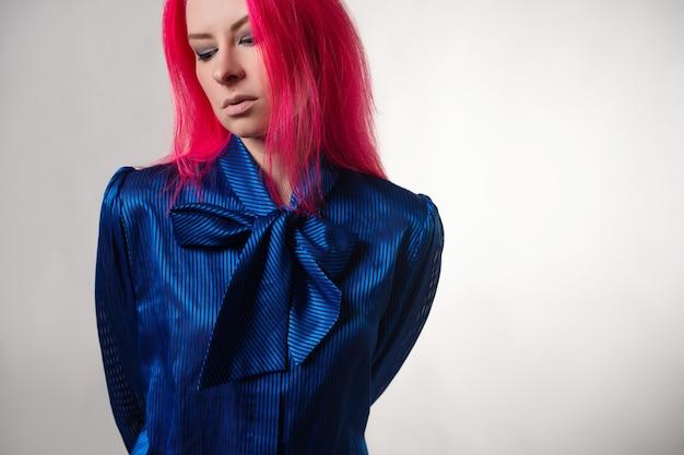 若い魅力的な女性の美しくスタイリッシュな青い服