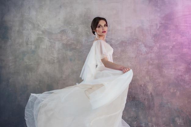 緑豊かなフライングスカートのウェディングドレスで美しく、スタイリッシュな花嫁