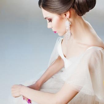 ウェディングドレスで美しく、スタイリッシュな花嫁