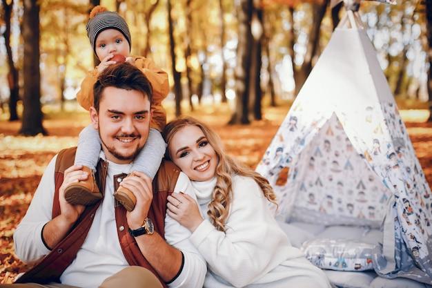 공원에서 아름답고 세련된 가족