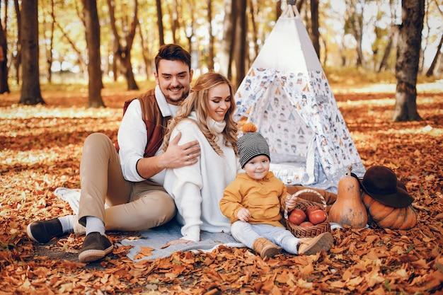 Красивая и стильная семья в парке