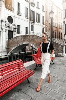베니스 시의 거리에 있는 아름답고 세련된 여성