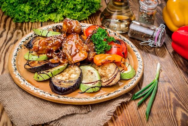Красивая и вкусная еда на тарелке