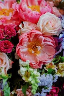 Красивые и яркие букеты цветов в вазе розовые букеты для украшения свадьбы или праздника.