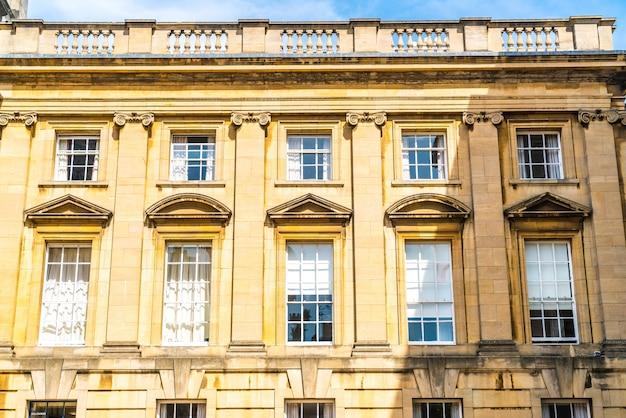 Красивые и старинные окна на здании