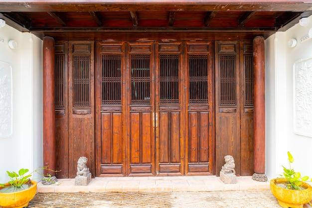 아시아 스타일의 아름답고 빈티지 나무 문