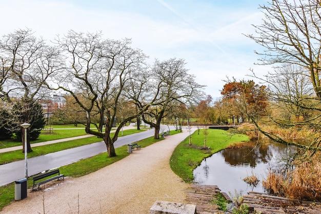 木々がたくさんある美しく手入れの行き届いた都市公園