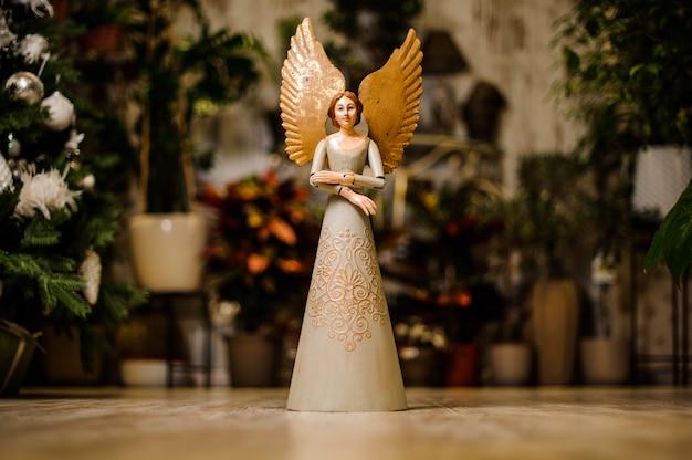 甘い表情の美しい天使の石の彫刻