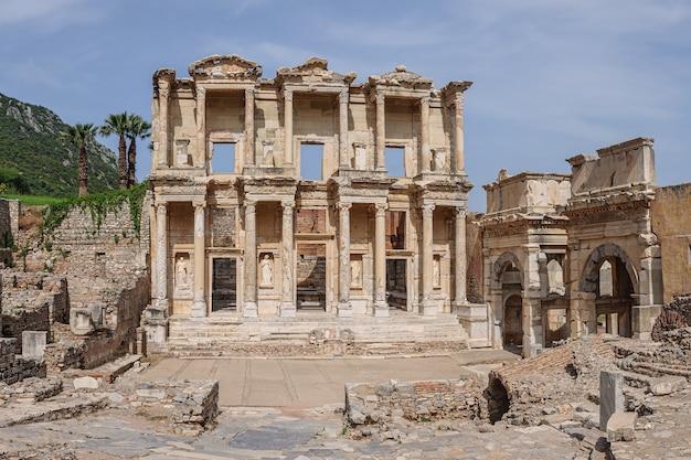 전경에 유명한 도서관 유적이 있는 터키 에베소(ephesus)의 아름다운 골동품 도시