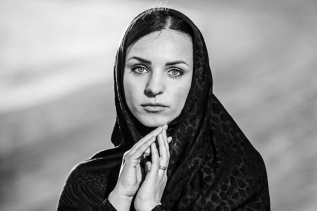 아름 다운 아랍 사우디 여자 얼굴 포즈입니다. 검정색과 흰색