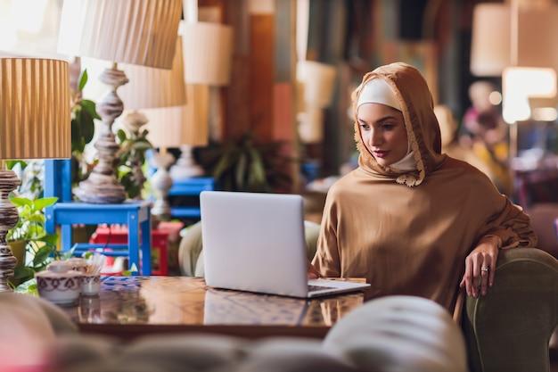 コンピューターで作業している美しいアラビア語のビジネス女性。