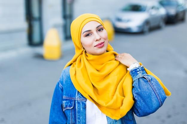 黄色のヒジャーブを身に着けている美しいアラビアのイスラム教徒の女性
