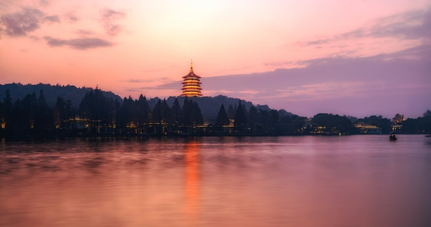 Красивый архитектурный ландшафт западного озера в ханчжоу ночью