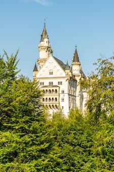 Красивая архитектура на замке нойшванштайна в баварских альпах германии.