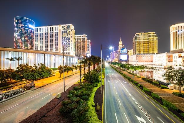 Красивое архитектурное здание венецианского и другого гостиничного курорта и казино