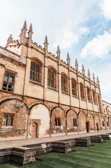 Красивая архитектура собор крайст-черч в оксфорде, великобритания