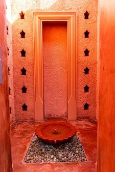 분수대가 있는 모로코 스타일의 아름다운 건축물