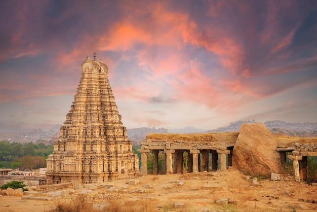 日没時のハンピ、カルナータカ州、インドの寺院の古代遺跡の美しい建築