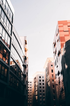 背の高いビジネスビルと白い空とフランス、マルセイユの美しい建築