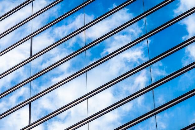Красивая архитектура офисного здания с формой стеклянного окна