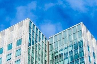ガラス窓の形をした美しい建築事務所ビル