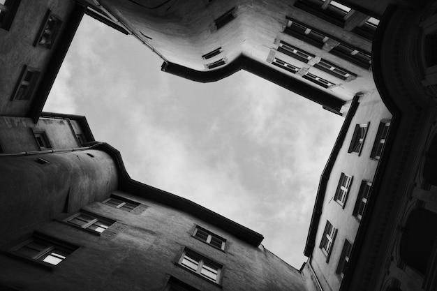 下から撮影した美しい建築物