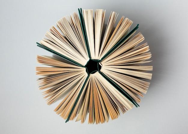 Красивое расположение разных книг