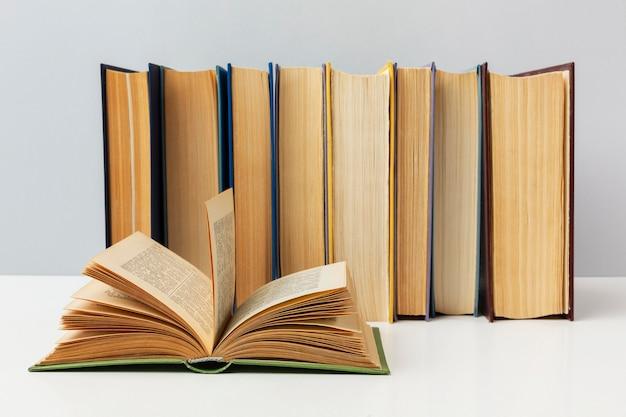 さまざまな本の美しい配置