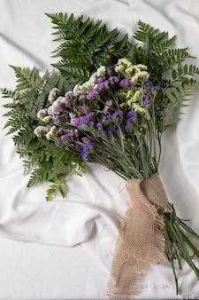 誕生日の女の子のための美しい花のアレンジメント