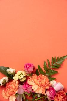 Красивая композиция из цветов с копией пространства