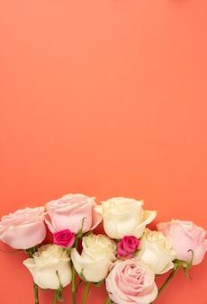 복사 공간이 있는 아름다운 꽃 배열