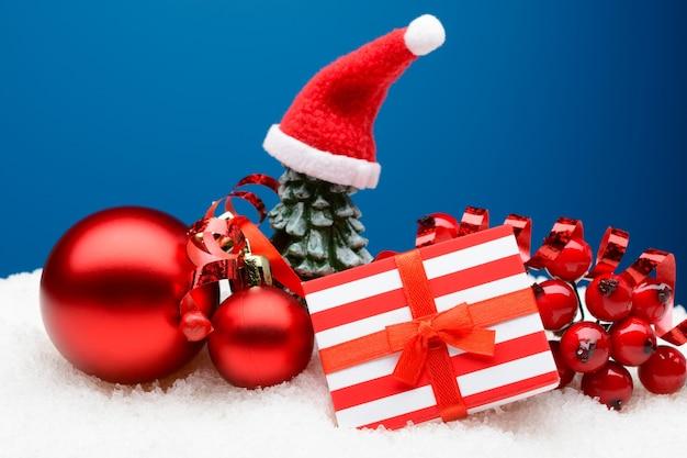 빨간 싸구려와 하얀 눈에 장식 포장 된 선물 상자의 아름 다운 배열.