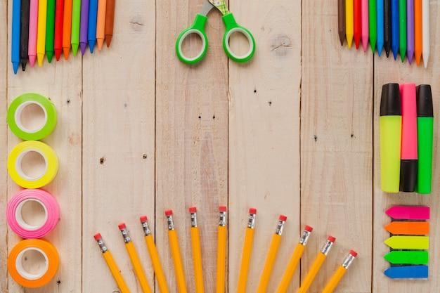 Bella disposizione di matite e nastri