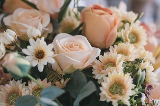 美しい人工花束の花の装飾的な背景。レトロなトーン