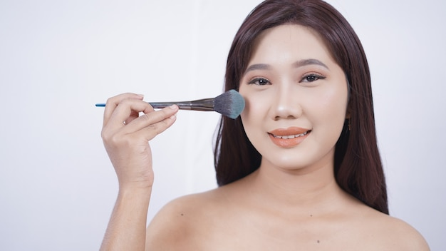 흰색 배경에 고립 된 뺨에 아름 다운 아시아 홍당무